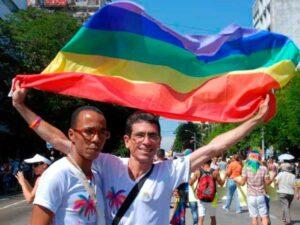 Paquito, levantando bandera del arcoíris, participando en la Conga contra la homofobia en las calles de La Habana
